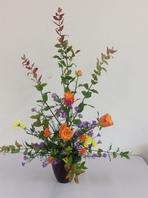 紅葉の枝とオレンジの花アレンジ